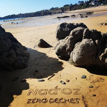 Puisque les marchés non alimentaire sont interdit, on profite de la plage.  Vous pouvez retrouver nos produits sur nadoz.bzh  #plage #pouldu #nadoz.bzh #zerodechet #zerowaste #confinement #artisanat #bretagne #couturezerodechet #dessinsurlesable #ecoresponsable