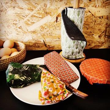 Un beau plateau de fromages enveloppés dans des beewraps Nad'Oz 🐝. Le rouleau d'essuie-tout lavables 🌿 disponible aussi sur www.nadoz.bzh  #beewrap #essuietoutlavable #zerodechet #zerowaste #noelzerodechet #artisanal #madeinbreizh #fromage #ciredabeille #ecoresponsable 😁